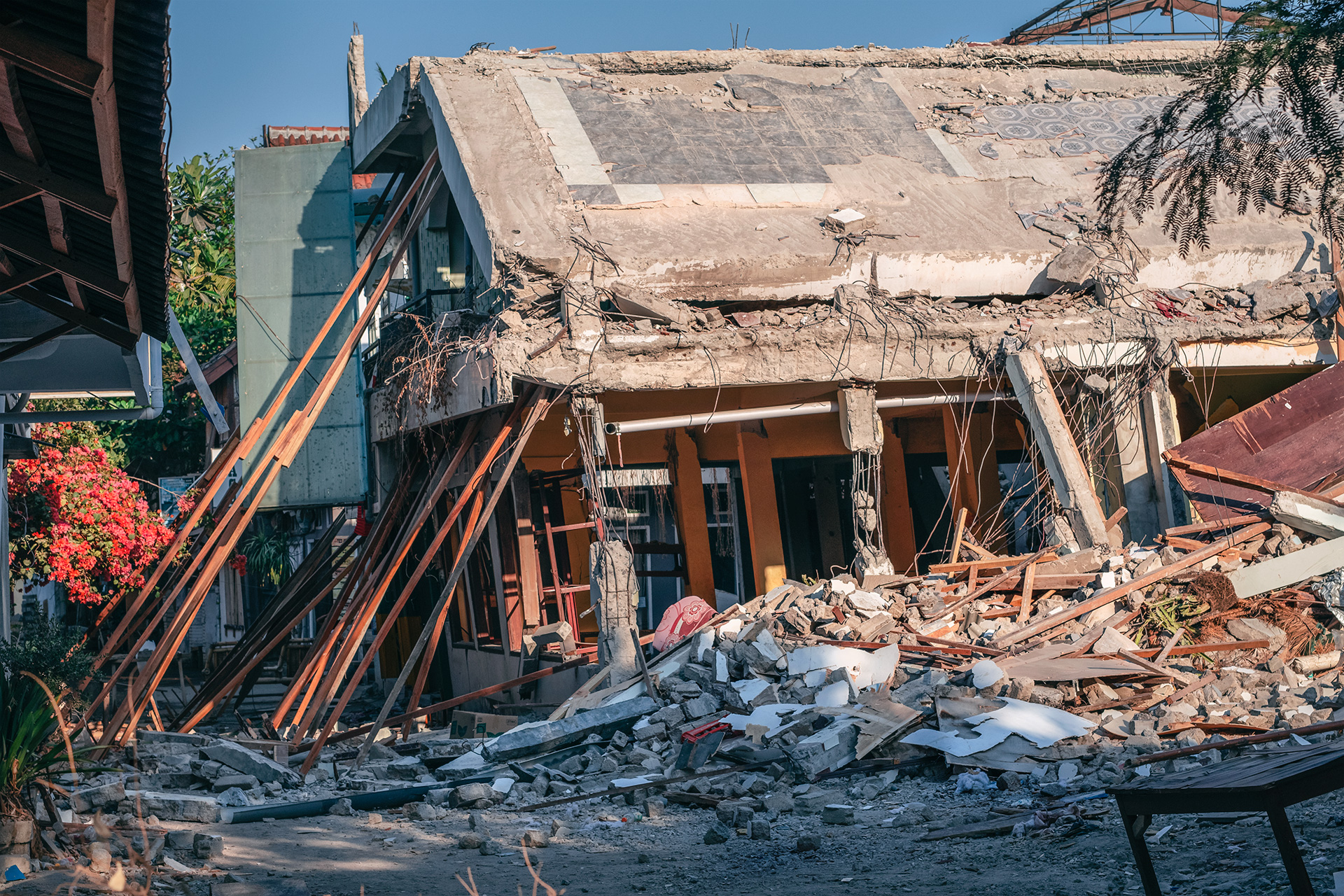 Collapsed building after the 2018 Gili Island earthquakes. Is it safe to travel to the Gili Islands?